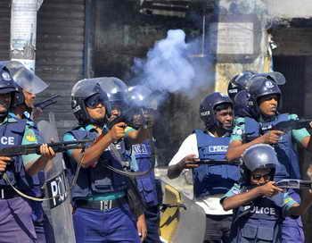 В Бангладеш проходят акции протеста текстильщиков. Демонстранты требуют повышения минимальной заработной платы. Произошли столкновения с полицией. Фото: STR/AFP/Getty Images