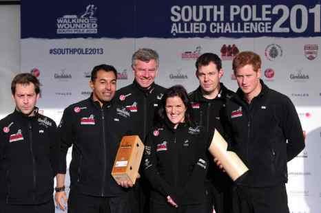 Принц Гарри с членами команды Великобритании принимающеми участие в похода к Южному полюсу. Фото: CARL COURT/AFP/Getty Images