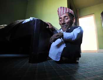 Непалец хочет получить звание самого маленького человека в мире. А среди самых маленьких людей, которые могут ходить, рекордсменом является 74-летний непалец Чандра Бахадур Данги, рост которого 54,6 сантиметра. Фото: PRAKASH MATHEMA/AFP/Getty Images