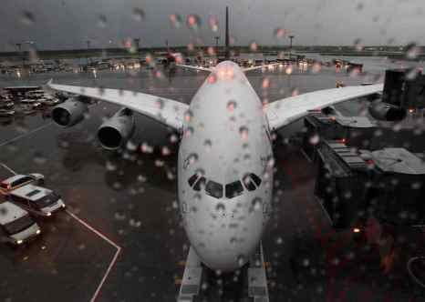 В городе Сочи прошёл сильнейший ливень. В результате оказался затоплен аэропорт, принимающий международные рейсы. Фото: Alex Grimm/Bongarts/Getty Images