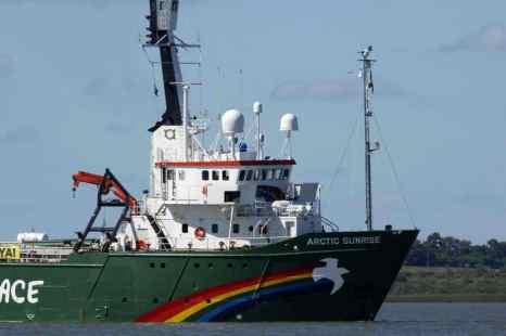 Ледокол Arctic Sunrise международной организации «зелёных», вопреки запрету российских властей, вошёл в Карское море. Greenpeace ведёт активную борьбу против разработки нефтяных месторождений на арктическом шельфе в Баренцевом и Карском морях. Фото: MIGUEL ROJO/AFP/Getty Images