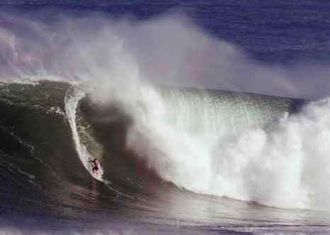 На Гавайях бушует мощный шторм. Фото: Marco Garcia/Getty Images