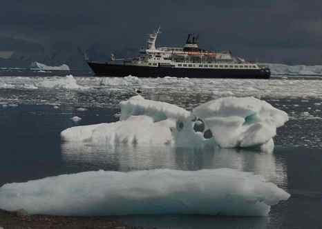 Круизный лайнер «Любовь Орлова» в Антарктике. Фото: Jerzy Strzelecki/wikimedia.org