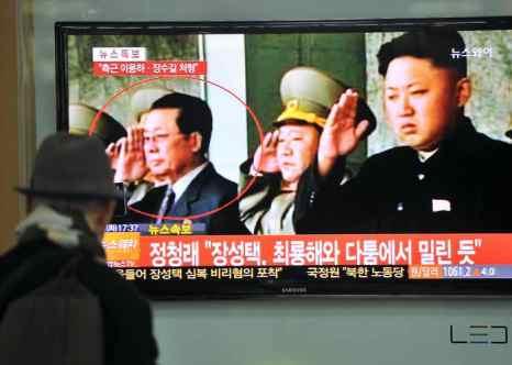 Дядя лидера КНДР Ким Чен Ына, занимавший ключевые посты в Трудовой партии Кореи и в правительстве, Чан Сон Тхэк обвинён в контрреволюционной деятельности. Фото: JUNG YEON-JE/AFP/Getty Images