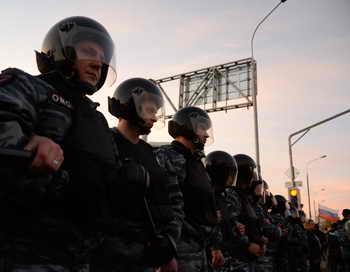 Полиция пресекла массовую драку в Люберцах, задержано около 80 человек. Фото: VASILY MAXIMOV/AFP/Getty Images