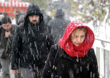 На северо-западе Турции зимняя буря принесла сильный снегопад. В Стамбуле метель и снегопад создали хаос на дорогах. Фото: OZAN KOSE/AFP/Getty Images