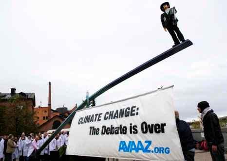 Активисты Межправительственной группы экспертов ООН по изменению климата. Фото: JONATHAN NACKSTRAND/AFP/Getty Images