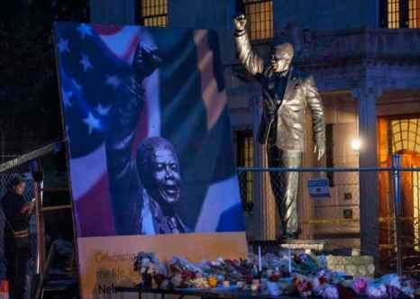 Вашингтон. Свечи и цветы у статуи Нельсона Манделы. Фото: Pete Marovich/Getty Images