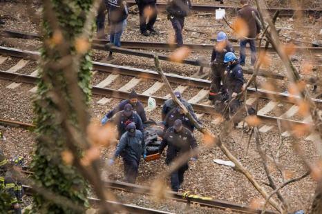 Поезд сошёл с рельсов 1 декабря в Бронксе (район Нью-Йорка), к северу от станции Spuyten Duyvil. Фото: Christopher Gregory/Getty Images
