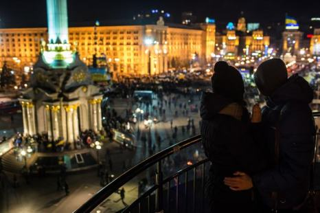 По разным данным, от 10 до 25 тысяч протестующих в центре Киева, Украина, переместились вчера вечером, 3 декабря, на Майдан Незалежності (площадь Независимости). Фото: Brendan Hoffman/Getty Images