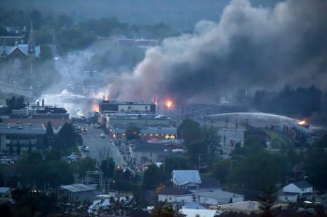 Поезд, перевозивший сырую нефть, сошёл с рельсов, что привело к взрывам и эвакуации людей, один человек погиб в канадской провинции Квебек (город Лак-Мегантик) 6 июля 2013 года. Фото: Franзois Laplante-Delagrave/AFP/Getty Images