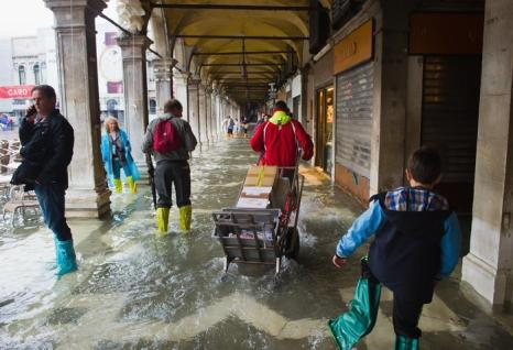 В Венеции начался сезон приливов воды (Acqua Alta) в первой неделе октября 2013 года. Фото: Marco Secchi/Getty Images
