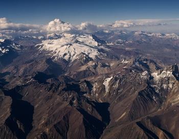Вид с воздуха на горы Анды, недалеко от границы между Чили и Аргентиной. 2013 год. Фото: PABLO PORCIUNCULA/AFP/Getty Images