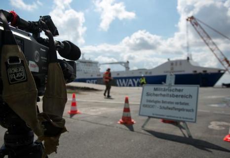 Первое судно с немецкой бронетехникой прибыло из Афганистана в город Эмден (Германия) 10 августа 2013 года. Фото: David Hecker/Getty Images