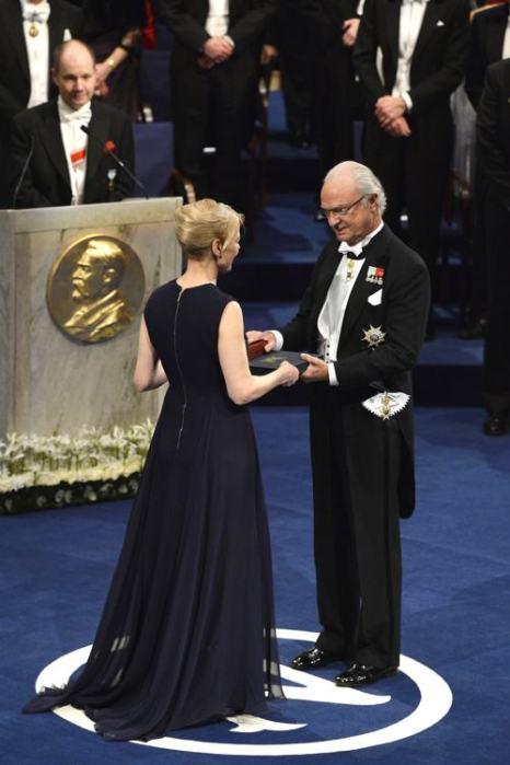 Король Швеции Карл XVI Густав вручил золотую медаль и диплом Нобелевскому лауреату в области литературы, писательнице из Канады Элис Манро в Стокгольме 10 декабря 2013 года. Фото: Pascal Le Segretain/Getty Images