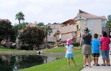 Карстовая воронка 12 августа 2013 года поглотила часть трёхэтажного дома в курортной зоне Всемирного развлекательного центра Уолта Диснея (Walt Disney World) во Флориде (США). Фото: Gerardo Mora/Getty Images