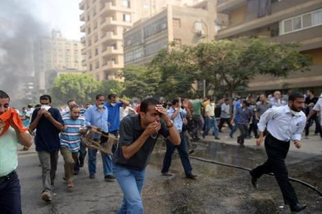 Военные разогнали палаточный лагерь сторонников Мухаммеда Мурси в центре Каира утром 14 августа 2013 года, что привело к столкновениям и сотням погибших. Фото: KHALED DESOUKI/AFP/Getty Images