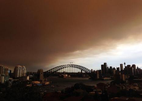 Столица Австралии Сидней во второй половине дня 17 октября 2013 года погрузилась в дым от лесных пожаров, которые бушуют в западном пригороде Спрингвуд. Фото: Cassie Trotter/Getty Images