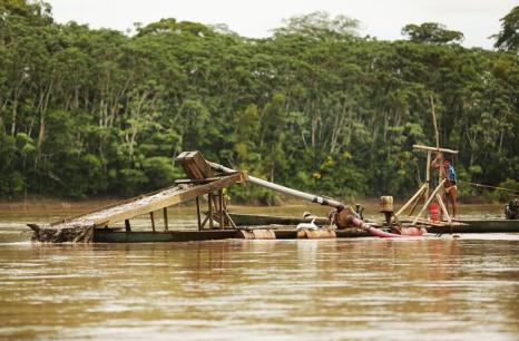 Незаконная добыча золота в низинах реки Амазонки в Перу привела к обезлесению, загрязнению воды и другим проблемам экологии в богатой природной области Мадре-де-Диос. Фото: Mario Tama / Getty Images