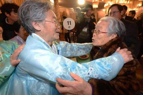 96-летняя Ким Сун Юн из Южной Кореи (справа) встречается со своей сестрой из Северной Кореи после 60 лет разлуки, 20 февраля 2014 года в КНДР. Фото: Park Hae-Mook-Korea Pool/Getty Images