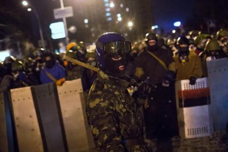 Вооружённые щитами, палками и цепями протестующие собрались на Институтской улице в Киеве 23 января 2014 года. Фото: Rob Stothard/Getty Images
