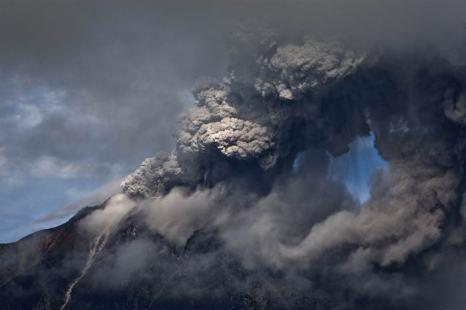 Уровень опасности вулкана Синабунг на севере индонезийского острова Суматра поднялся до самой высокой отметки 24 ноября 2013 года, как сообщило агентство вулканологии страны. Фото: Ulet Ifansasti / Getty Images