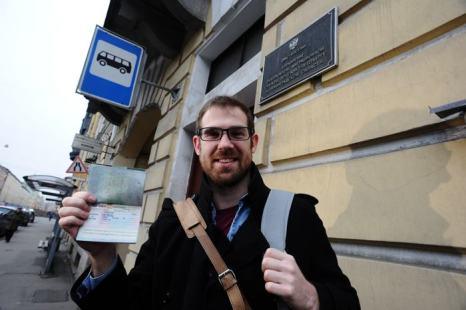 Британский кинооператор Кирон Брайан, участвовавший в акции «Гринпис» «Арктика 30», получил паспорт и визу после более чем 3-месячного заключения и освобождения по амнистии. Фото: OLGA MALTSEVA/AFP/Getty Images