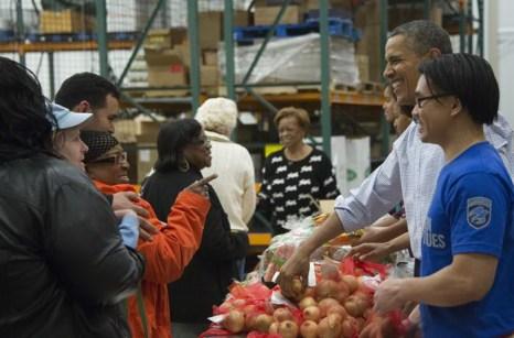 Президент США Барак Обама и его семья, включая жену Мишель, дочерей Малию и Сашу и тёщу Мариан Робинсон, приняли участие в раздаче еды нуждающимся 27 ноября 2013 года в Банке продовольствия Вашингтона. Фото: JIM WATSON/AFP/Getty Images