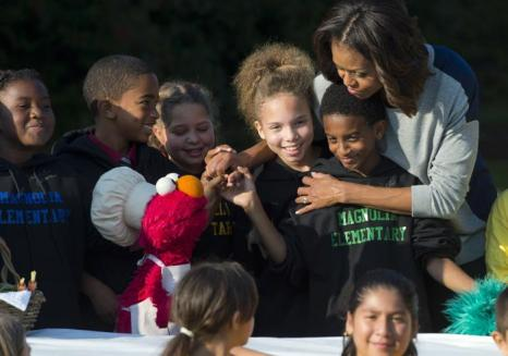 Первая леди США Мишель Обама сняла урожай с огорода Белого дома вместе с учениками школ и героями популярного шоу США для детей «Улица Сезам» 30 октября 2013 года. Фото: SAUL LOEB/AFP/Getty Images