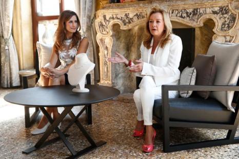 Ливия Ферт и вице-президент Chopard Каролина Шойфеле на фотосессии, организованной знаменитой швейцарской ювелирной компанией Chopard во дворце кино Palazzo del Cinema 3 сентября 2013 года. Фото: Andreas Rentz/Getty Images