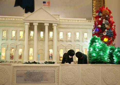 Супруга президента США Мишель Обама представила новогоднее убранство Белого дома — 2014. Фото:  Alex Wong / Getty Images