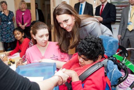 Супруга принца Чарльза, герцогиня Кэтрин, посетила детский хоспис в Хэмпотоне 6 декабря 2013 года. Фото: Bradley Page- WPA Pool/Getty Images