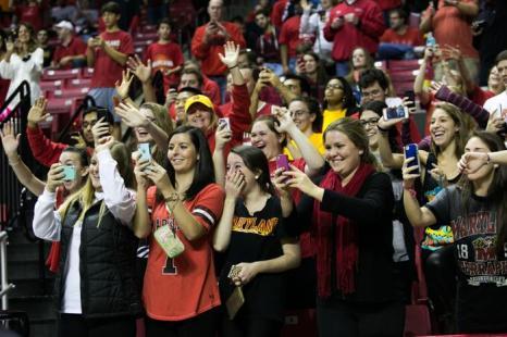 Студенты университета Мэриленда реагируют на прибытие президента США Баркак Обамы с семьёй на баскетбольный матч команд Орегона и университета Мэриленда 17 ноября 2013 года. Фото: Drew Angerer/Getty Images