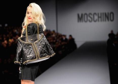 Рита Ора 20 февраля приняла участие в показе осень-зима 2014 итальянского бренда Moschino на Неделе моды в Милане. Фото: Jacopo Raule/Getty Images