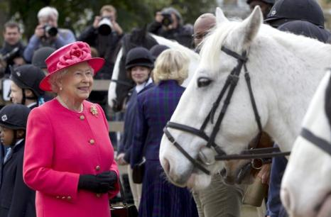 Королева Елизавета II и герцогиня Корнуолла Камилла посетили 29 октября 2013 года Конный клуб и центр верховой езды Лондона. Фото: Heathcliff OMalley - Pool/Getty Images