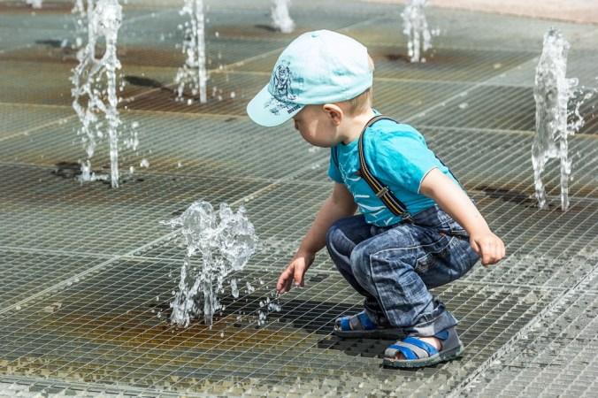 мальчик, фонтан, игра, фото дня, фото