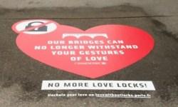Селфи вместо «замков любви» — власти Парижа спасают мосты от туристической традиции