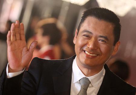 Киноактёр Чоу Юн-Фат позирует на красной ковровой дорожке на церемонии Hong Kong Film Awards 17 апреля 2011 года. Фото: Dale de la Rey/AFP/Getty Images