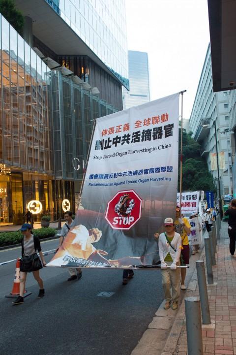 Последователи Фалуньгун участвуют в марше на улицах Гонконга в Национальный день Китая 1 октября 2014 года. Фото: Benjamin Chasteen/Epoch Times