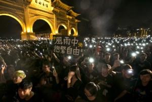 Тысячи людей собрались на Площади Свободы в Тайбэе, чтобы выразить поддержку демократическим протестам в Гонконге, 1 октября 2014 года, Тайвань. Фото: Ashley Pon/Getty Images