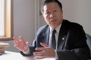 Гао Чжишэн даёт интервью в своём офисе в Пекине 2 ноября 2005 года. Известный китайский адвокат по правам человека за пять с половиной лет в тюрьме едва не лишился жизни. Фото: Verna Yu/AFP/Getty Images