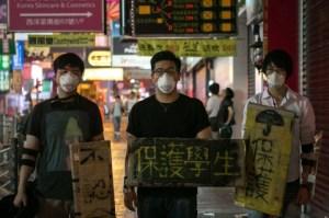 Продемократические протестующие в масках и с плакатами в виде щитов в Монгоке, Гонконг, 7 октября. Фото: Benjamin Chasteen/Epoch Times