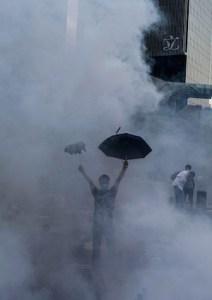 Протестующий в клубах слезоточивого газа возле штаб-квартиры правительства Гонконга 28 сентября 2014 года. Фото: Xaume Olleros/AFP/Getty Images