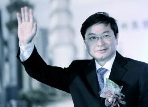 Лу Иминь, президент China Unicom, машет прессе во время церемонии в Тайбэе 18 января 2013 года. Широко распространено мнение, чтобы он — бывший секретарь Цзэн Цинхуна, ключевого сторонника Цзян Цзэминя. Фото: Sam Yeh/AFP/Getty Images