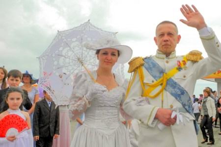 Участники карнавального «Шествия эпох» — царственные особы. Фото: Алла Лавриненко/Великая Эпоха
