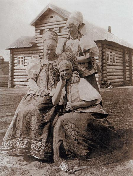 Русские традиционные сарафаны на старинных фото. Фото: dmitrilidiya.gallery.ru