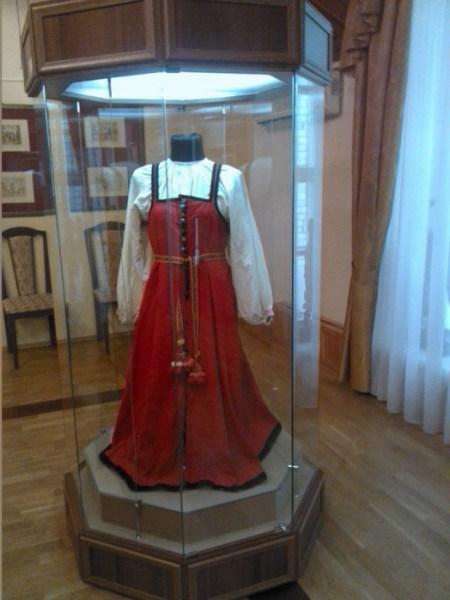 Свадебный сарафан XIX века. Фото: novinkimody.ru