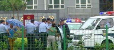 Полиция заталкивает женщин в полицейские машины. Фото: theepochtimes.com