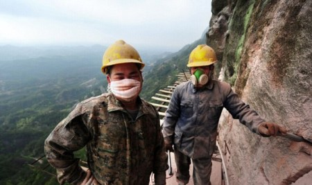Cliff-Gallery-road-China-worker-10-600x356