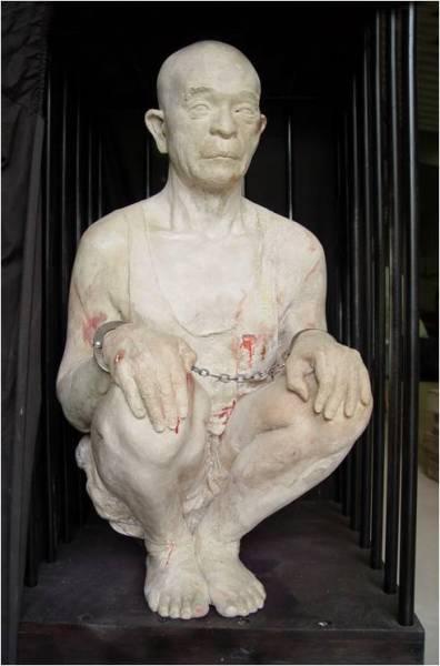 Sculpture-Squatting-torture-